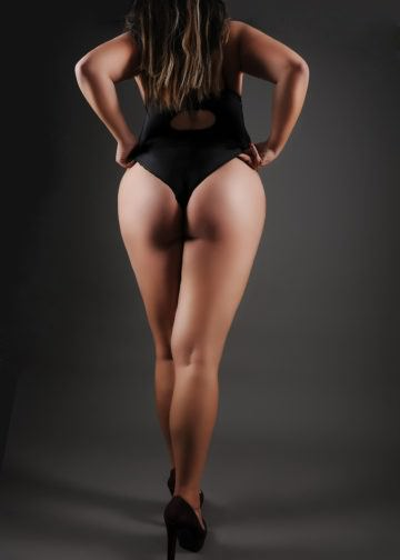 flot pige med kurvet krop